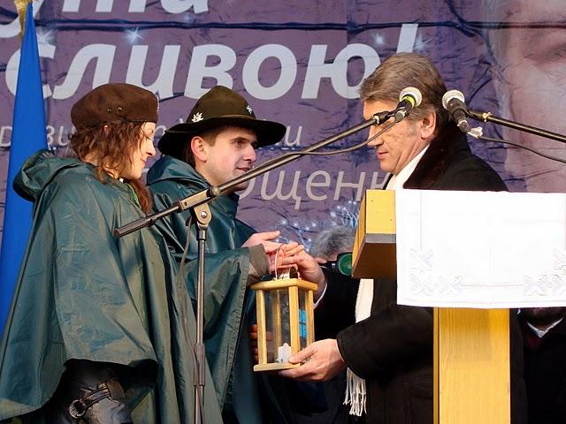 Президент України приймає Вифлиємський Вогонь від пластунів