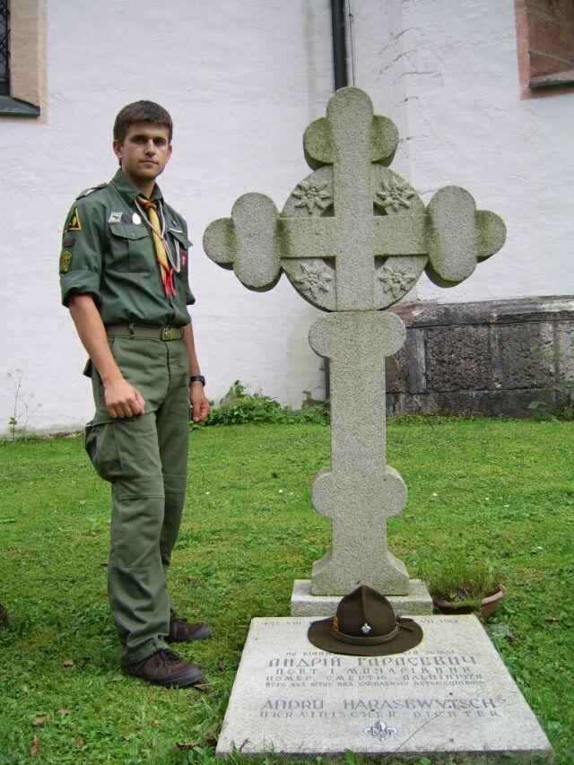 І. Спринь біля могили А. Гарасевича